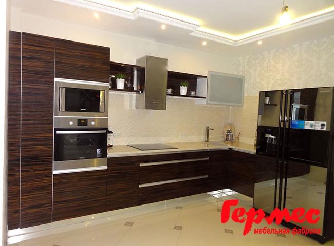 фото кухни в эко-стиле шпон с темным деревом и металлическими элементами