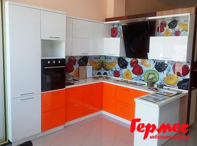 оранжевая кухня из крашенного МДФ