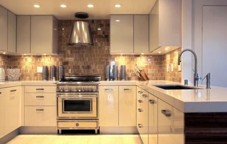 освещение небольшой кухни точечными светильниками