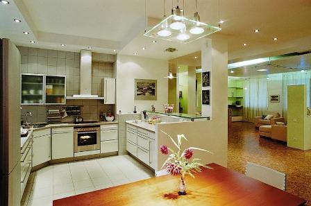 точечные светильники на небольшой светлой кухне